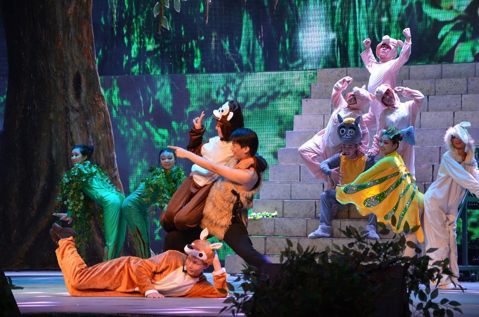 儿童剧《森林故事》是一部以神秘大森林为背景的情景舞台剧,由《森林
